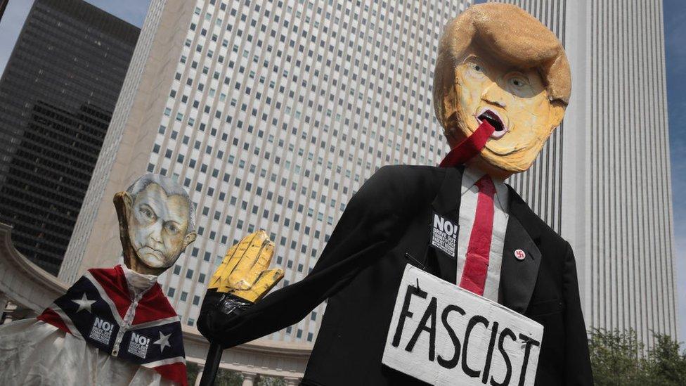 Un muñeco que dice Fascist