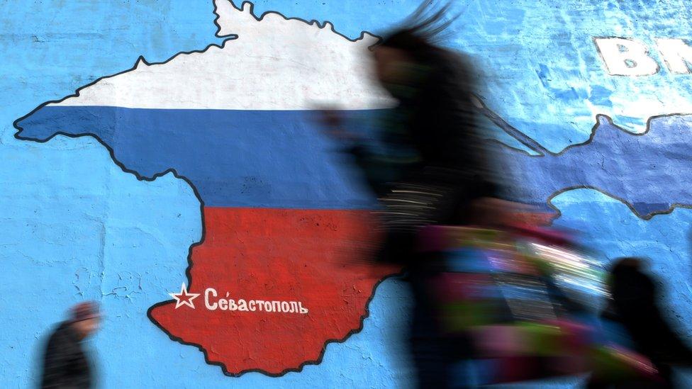 Mapa de Crimea pintado con los colores de la bandera rusa.