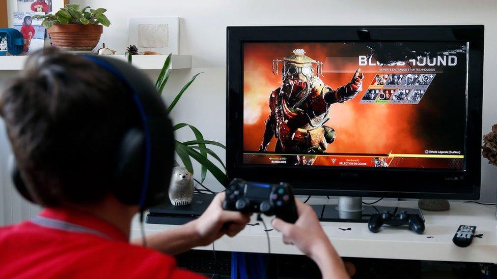 Un niño juega PlayStation