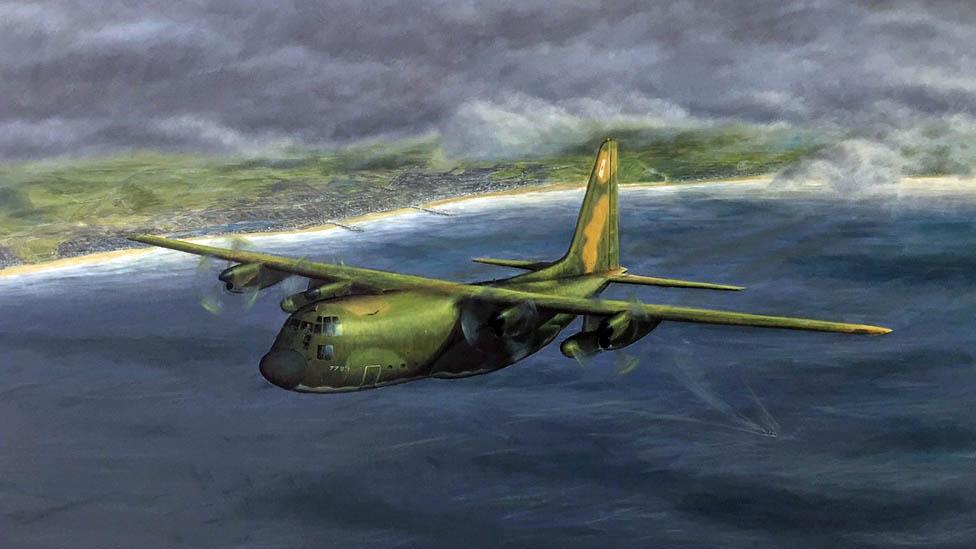 Ilustración de un avión militar verde volando sobre el mar