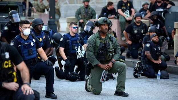 Ulusal Muhafızlar göstericilerle dayanışmak için diz çöktü