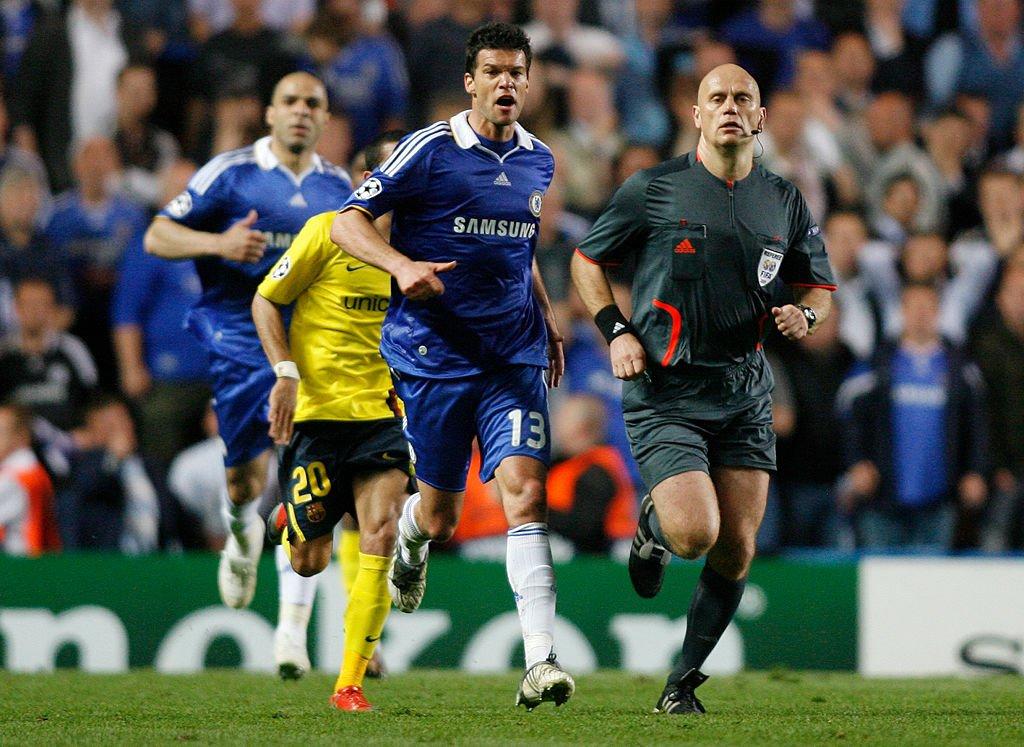 El árbitro noruego Tom Ovrebo es perseguido por el alemán Michael Ballack en Stamford Bridge.