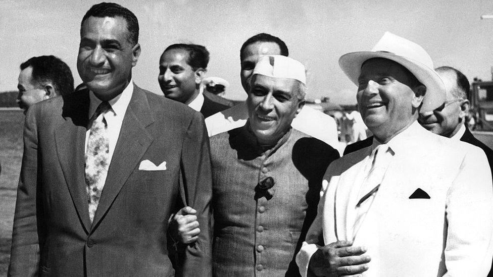 """Los líderes de Egipto, Gamal Abdel Nasser; India, Jawaharlal Nehru; y Yugoslavia, Josip Broz """"Tito"""", impulsaron la creación del Movimiento de Países No Alineados en la década de 1950."""