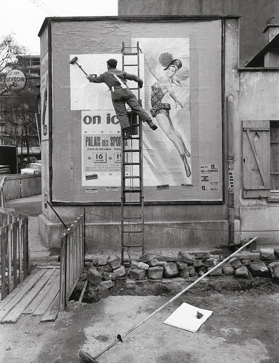 1950年代巴黎街頭刷海報的工人