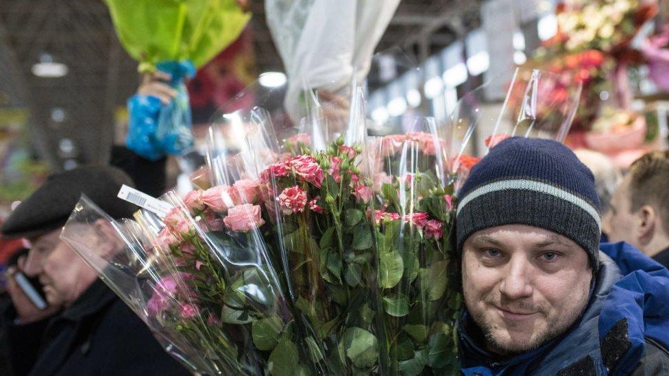 Čovek sa cvećem