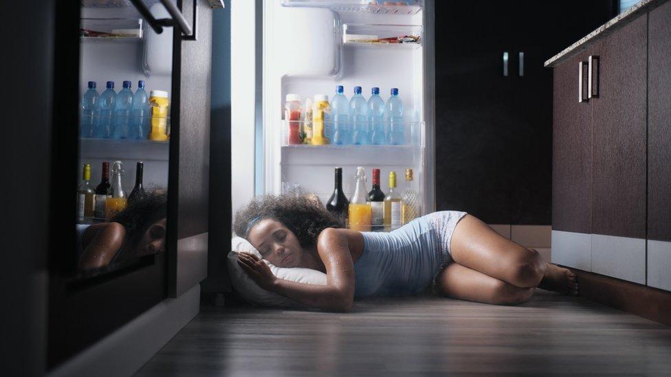 Mujer durmiendo con la nevera abierta