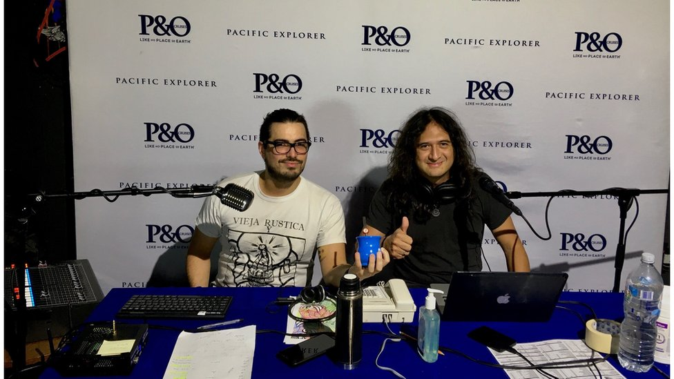 Jade (kanan) dalam sebuah program radio kapal