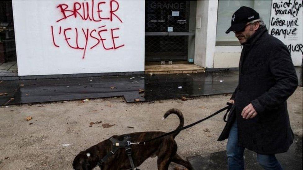 """ترك محتجون كتابات على الجدران في أجزاء من باريس - مثل """"احرقوا الاليزيه""""، في إشارة إلى القصر الرئاسي"""