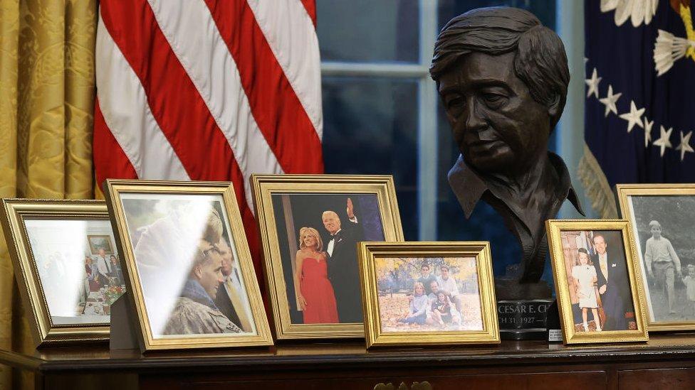 El busto de César Chávez se erige entre fotos familiares de Biden en el Despacho Oval.