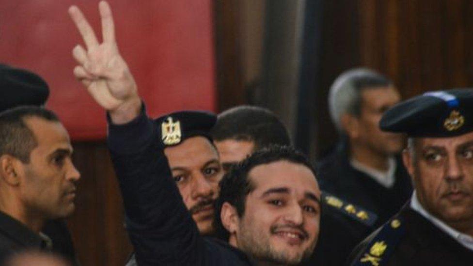 أحمد دومة وسط قوات الشرطة في جلسة محاكمة سابقة
