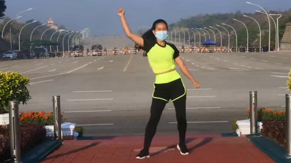 Khing Hnin Wai dancing