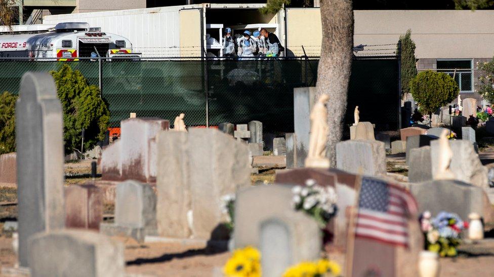 Un cementerio al lado de la oficina del forense de El Paso