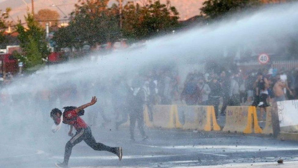 Polis göz yaşartıcı gaz ve basınçlı su kullandı