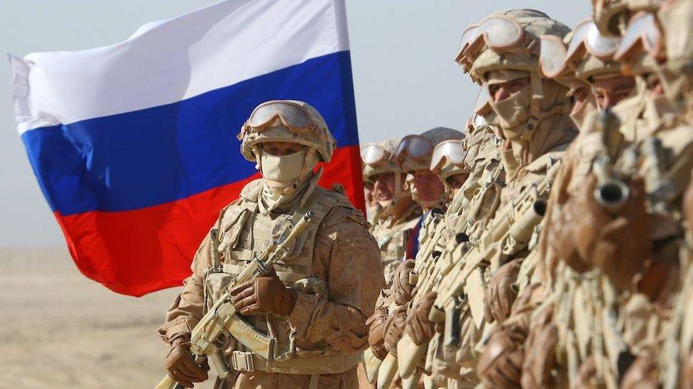 Oficiales rusos participan en ejercicios militares conjuntos de Rusia, Uzbekistán y Tayikistán, en el campo de entrenamiento Harb-Maidon, situado cerca de la frontera tayiko-afgana en la región de Khatlon de Tayikistán el 10 de agosto de 2021.