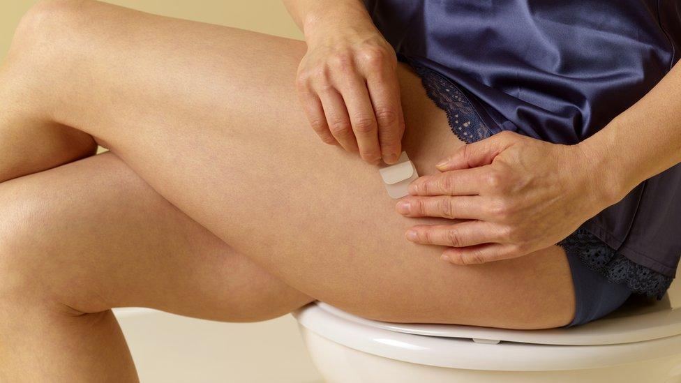 Terapia de reposição hormonal — mulher colando adesivo sobre a pele