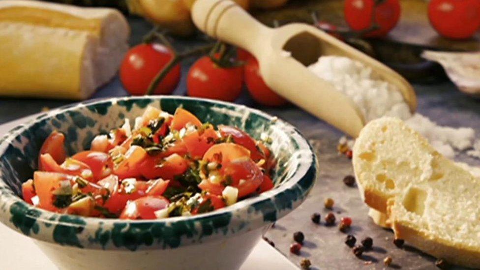 """توصلت دراسة علمية إلى أن تناول نظام غذائي صحي قد يساعد في الوقاية من الاكتئاب. وتناول الباحثون ما يُعرف بـ""""حمية البحر الأبيض المتوسط"""" التي تعتمد على أطعمة نباتية من الفاكهة والخضار"""
