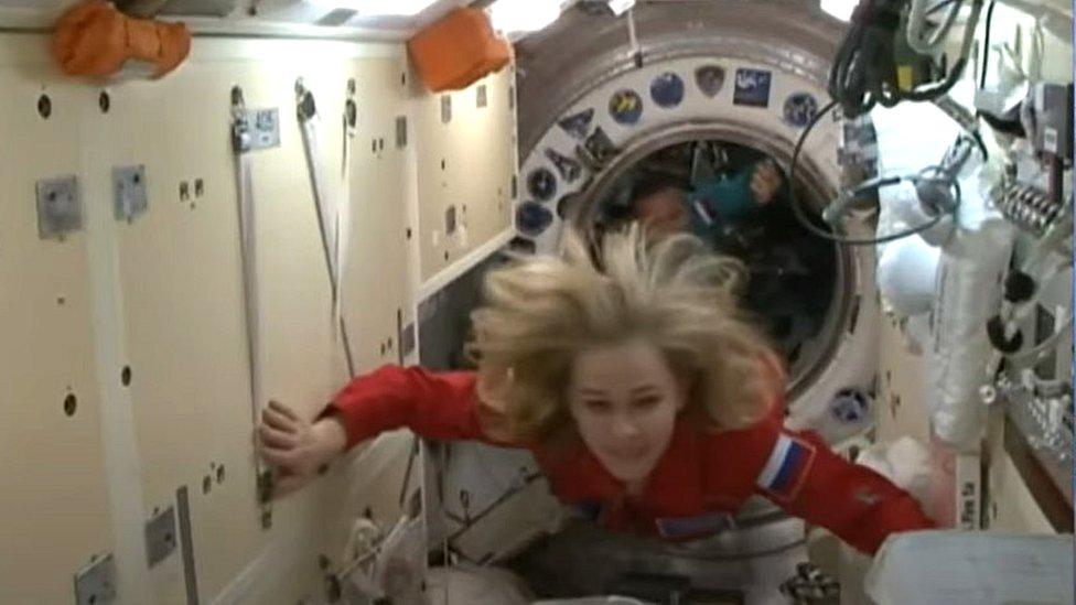 عبور فريق التصوير الروسي من المركبة إلى محطة الفضاء الدولية