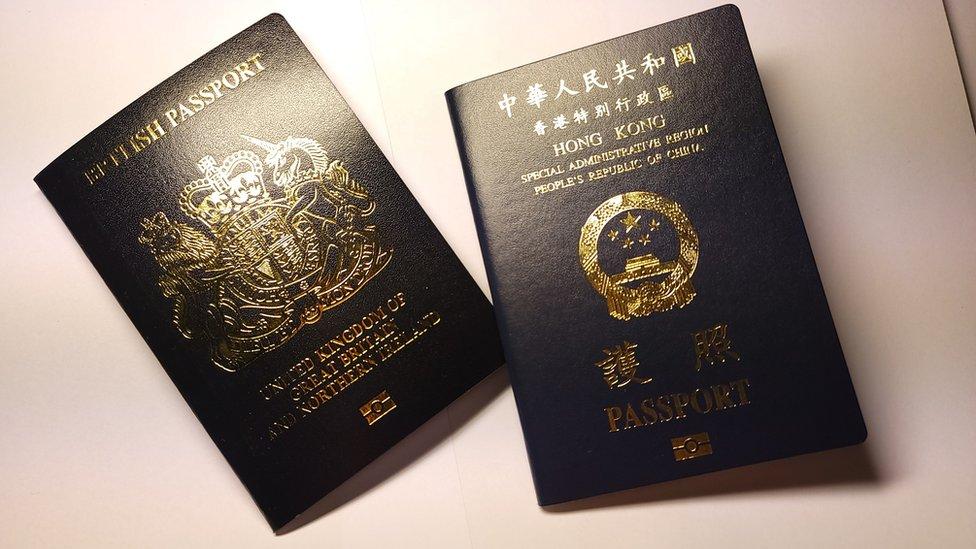 脫歐後之英國護照(左)與中國香港特區護照(右)