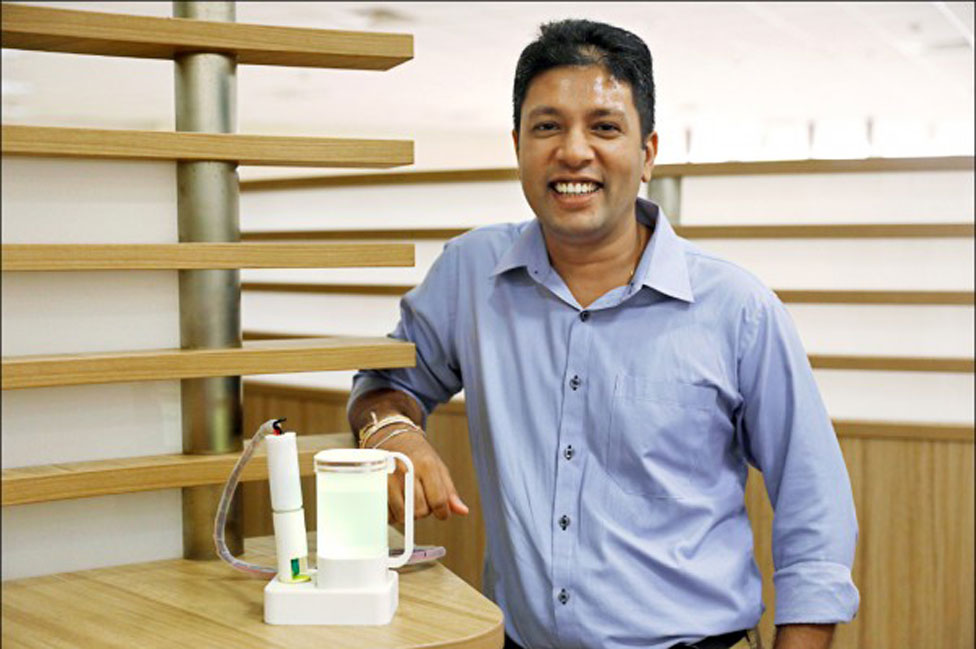 Nimesha Ranasinghe posa con uno de los utensilios que creó.