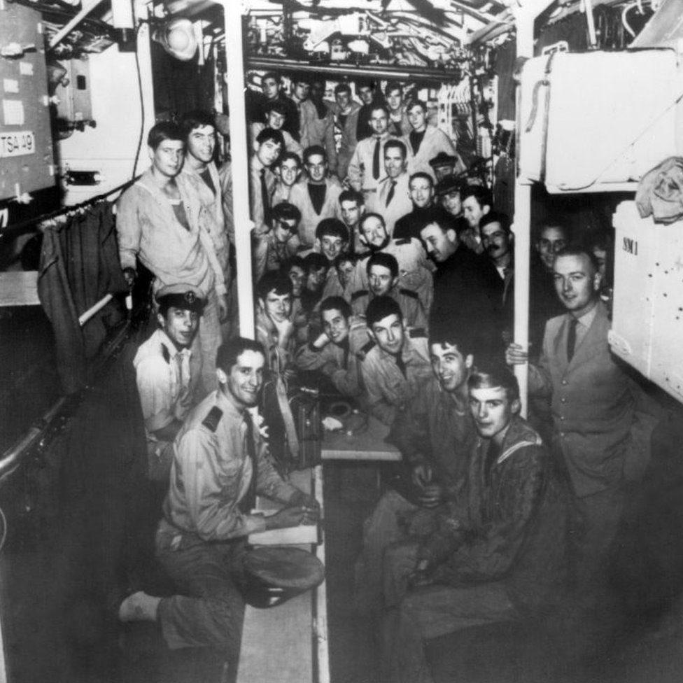 صورة أرشيفية تعود إلى عام 1965 تظهر طاقم الغواصة