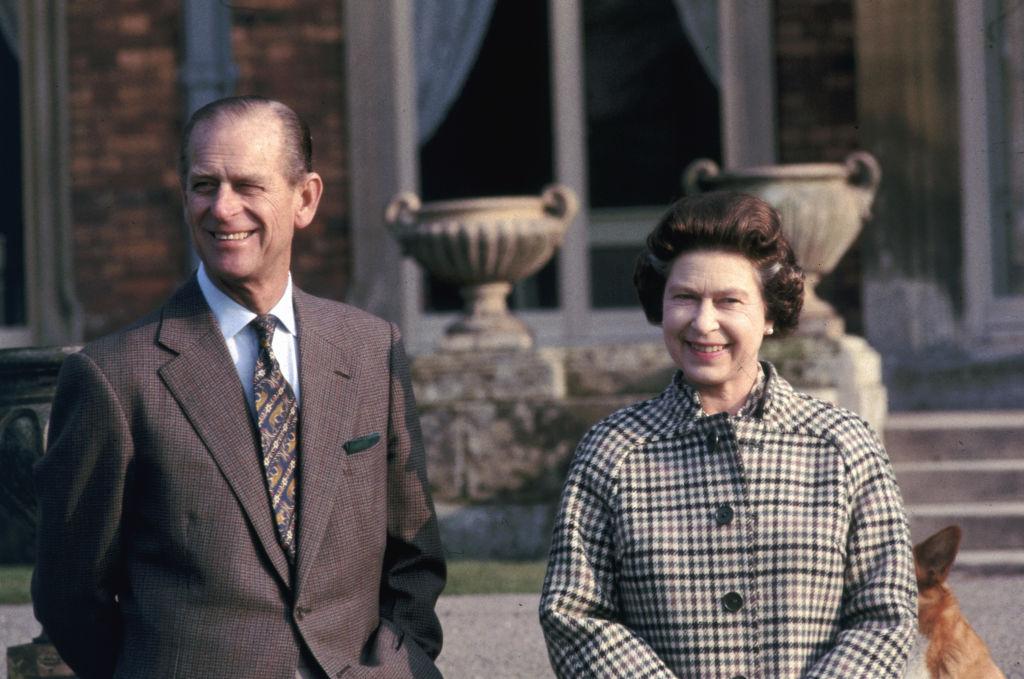 El príncipe Felipe y la reina Isabel II en la finca de Balmoral, en febrero de 1982.