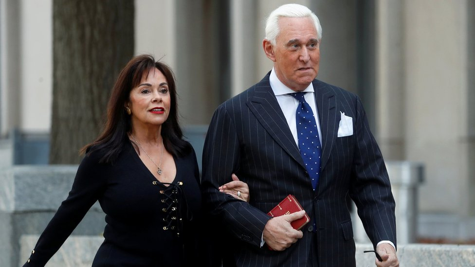 Roger Stone a su llegada al tribunal junto a su mujer Nydia para conocer el veredicto