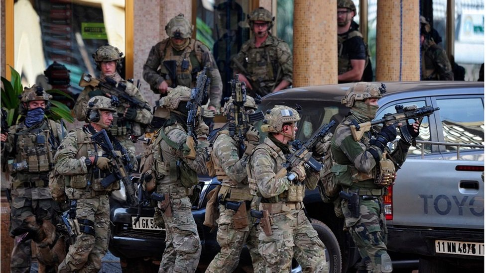 French forces take up positions outside the Splendid Hotel in Ouagadougou, Burkina Faso, 16 January 2016.