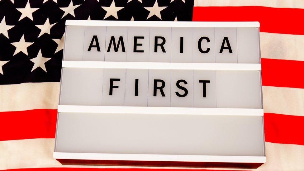 """Cartel con la frase """"America first"""""""