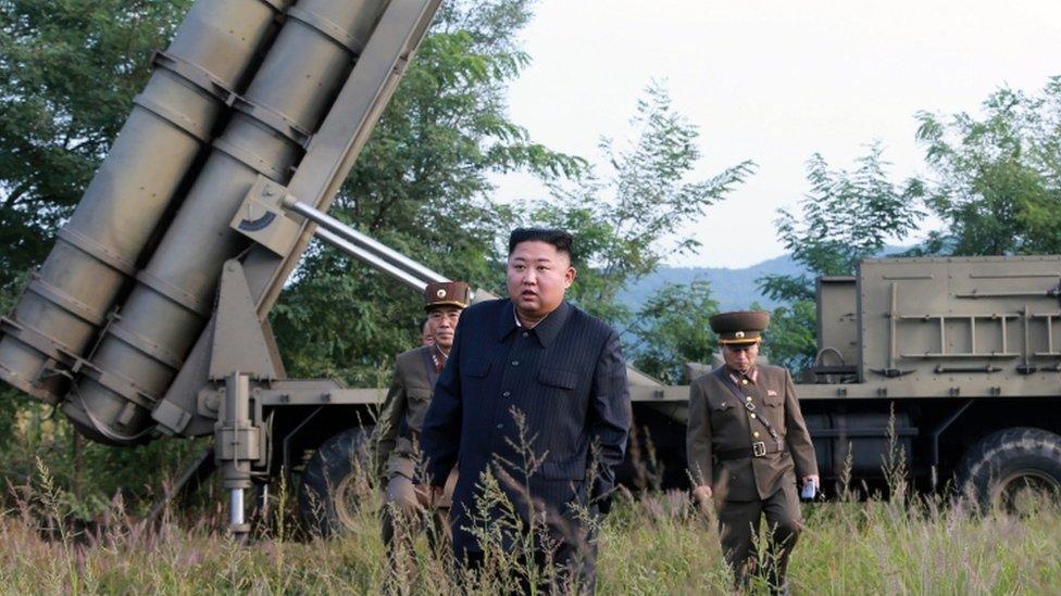 Kim Jong-un con oficiales y armamento detrás. Una foto distribuida por KCNA en septiembre pasado.
