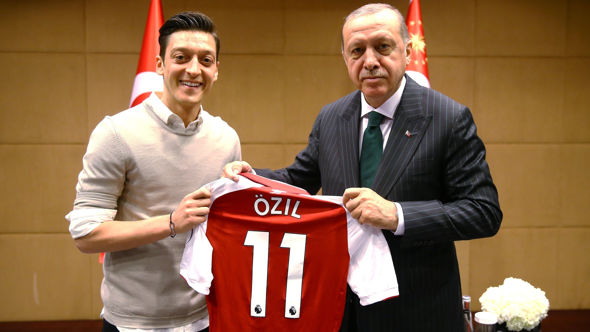 Arsenal's Ozil defends photograph with Turkish president