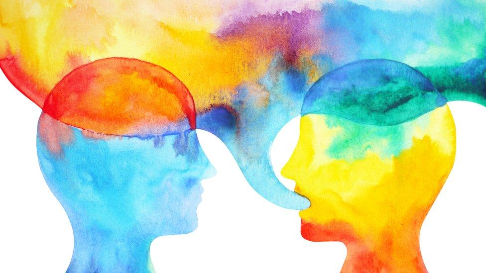 Dibujo de dos cabezas conversando.