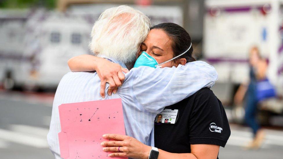 Abrazo entre enfermera y un sobreviviente de covid-19 en Nueva York.
