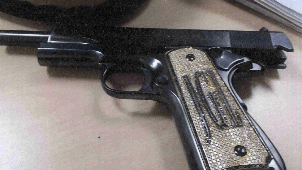 Pistola con iniciales del Chapo Guzmán. NO USAR | BBC