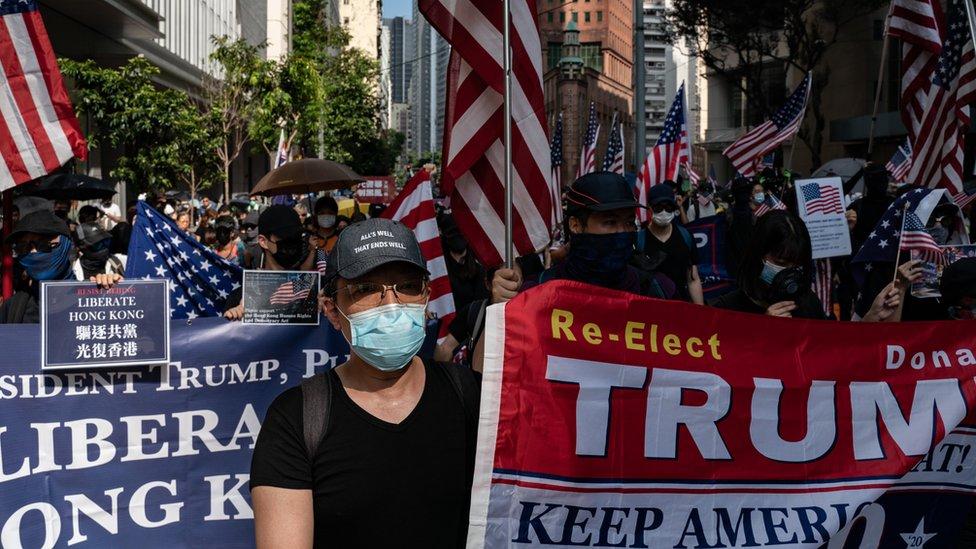 香港抗議者打出遊行標語,希望美國總統特朗普」解放香港「。