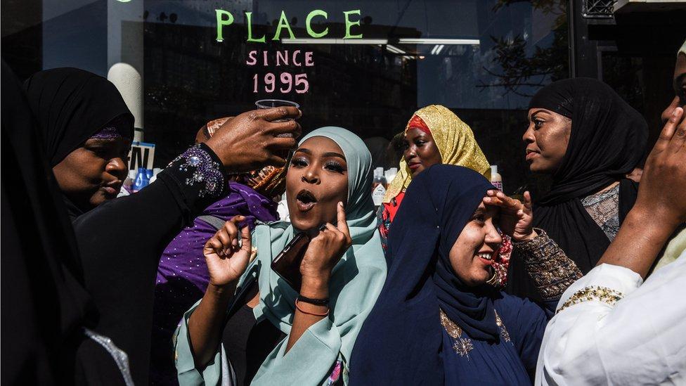 Ljudi slave u džamiji koja se zove Masdžid u Takva nakon molitve