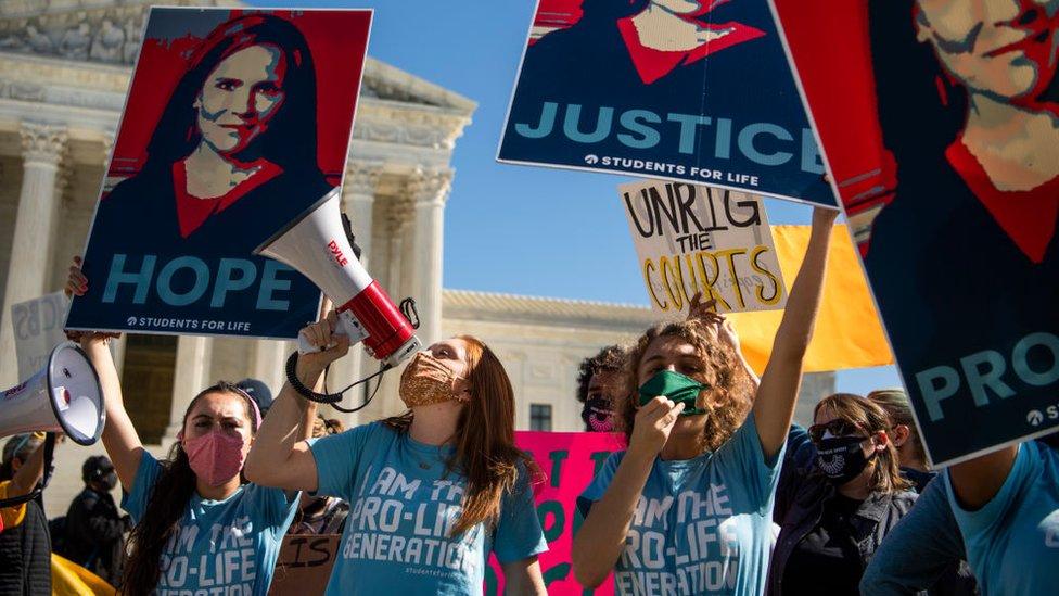 Grupos contrarios al aborto manifestaron frente a la Corte Suprema para abogar por la confirmación de Amy Coney Barrett como magistrada.