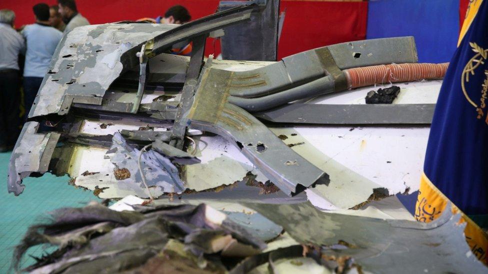 """""""أجزاء من حطام الطائرة الأمريكية"""" تعرض في أحد مواقع الحرس الثوري"""