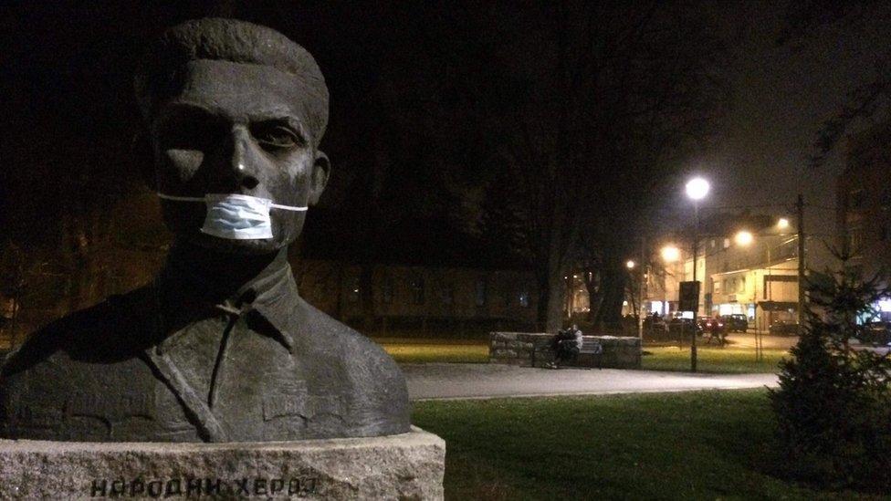Jedan od spomenika narodnom heroju iz Drugog svetskog rata u Valjevu sa hirurškom maskom preko lica, januar 2018, Valjevo