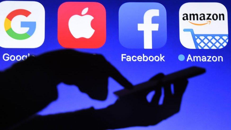 Logos de Google, Apple, Facebook y Amazon.