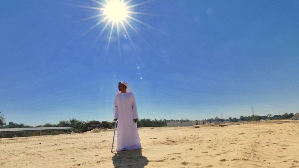 Hombre bajo el sol del desierto en Emiratos Árabes Unidos