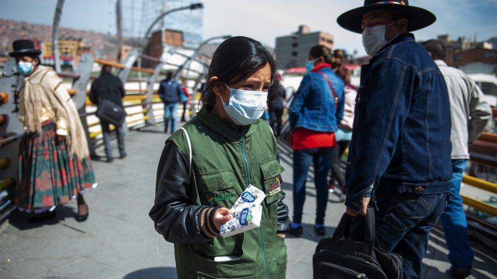 Valentinne vendiendo pañuelos en las calles de La Paz