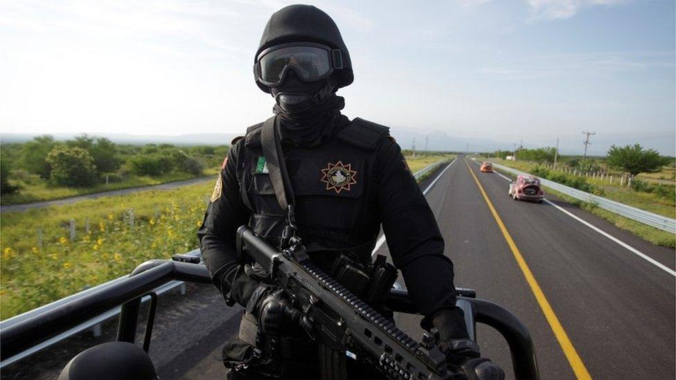 Patrullas en la carretera 85D de Monterrey a Nuevo Laredo