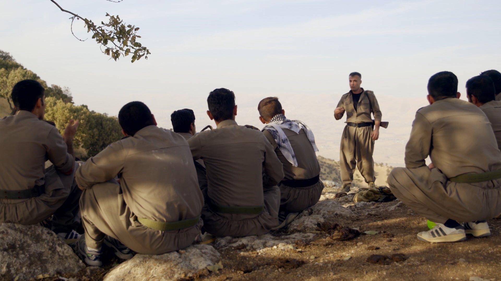 زعيم كومالا هيمن يدرب المجندين الجدد