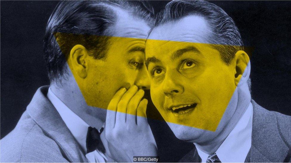 kulaktan kulağa fısıldayan iki erkek