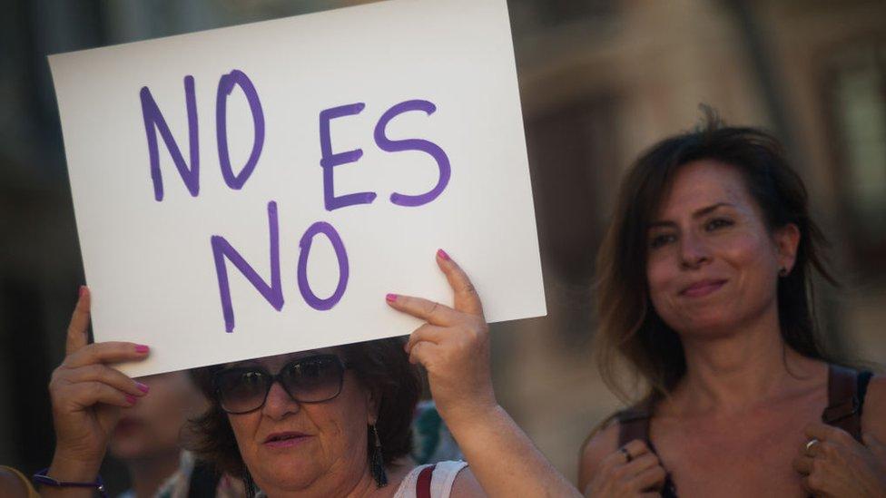 """""""No es no"""" dice un cartel que sostiene una mujer el 21 de junio en España."""
