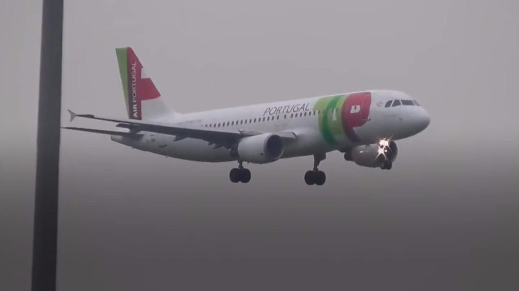 Planes struggle to land at Manchester Airport
