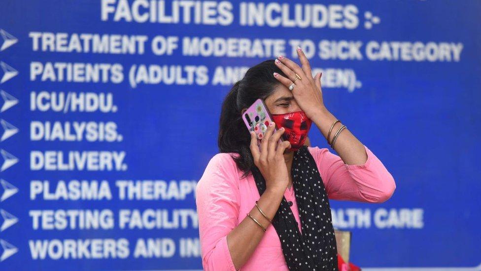 Seorang kerabat pasien Covid-19 menangis di rumah sakit Lok Nayak Jai Prakash (LNJP), India, (26/04).