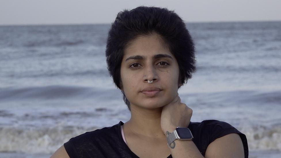 ناتاشا نويل على شاطئ البحر في الهند