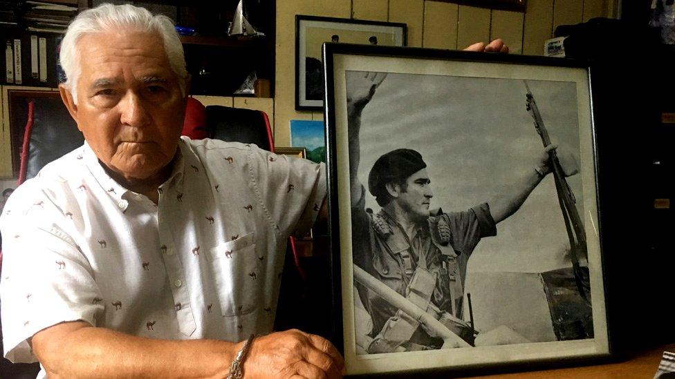 Edén Pastora con una foto de sus tiempos de revolucionario