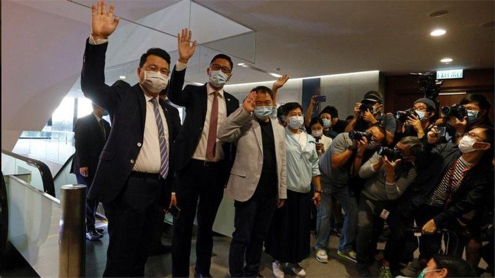 胡志偉(中央灰色西服)帶領香港民主黨議員向媒體記者揮手話別。